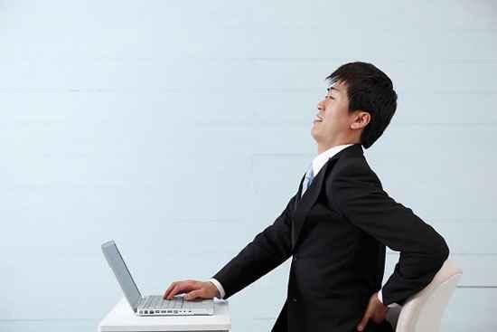 Đau lưng khi chọn sai bàn ghế làm việc