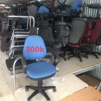 Thanh lý ghế văn phòng cũ – Ghế xoay nỉ có tay vịn đẹp 95%